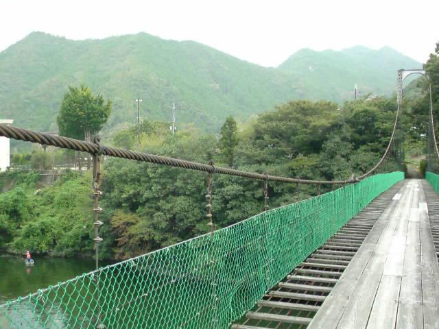 村の吊り橋を渡る。